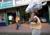 ### Freelance - Dominican Republic trip - CONTACT PHOTOGRAPHER/writer Jannet Walsh 352-598-7976 - cell### A woman carries her package on her head near the center of the city of Santiago, Saturday afternoon, March 11, 2006, in Santiago, Dominican Republic. (Jannet Walsh/Freelance)2006