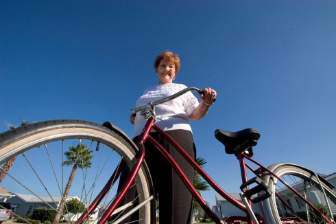 ###Ocala Star-Banner - Ocala Regional Wellness Seminar hypnotherapy program, Summerfield, FL CONTACT PHOTOGRAPHER 352-598-7976 -### Robbie Tuttle (cq) stands with her bike. She has lost weight attending the Ocala Regional Wellness Seminar hypnotherapy program, Friday afternoon, November 4, 2005, Summerfield, FL. ( Jannet Walsh/Star-Banner)2005