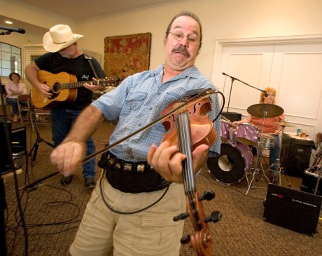###Ocala Star-Banner - Austin Horse Park, Weirsdale, FL, ### The crowd enjoys the Get-R-Done Band at the Austin Horse Park as David Becnel(cq) plays the fiddle, Tuesday evening, Aug. 29 2006, Weirsdale, FL. ( Jannet Walsh/Star-Banner)2006